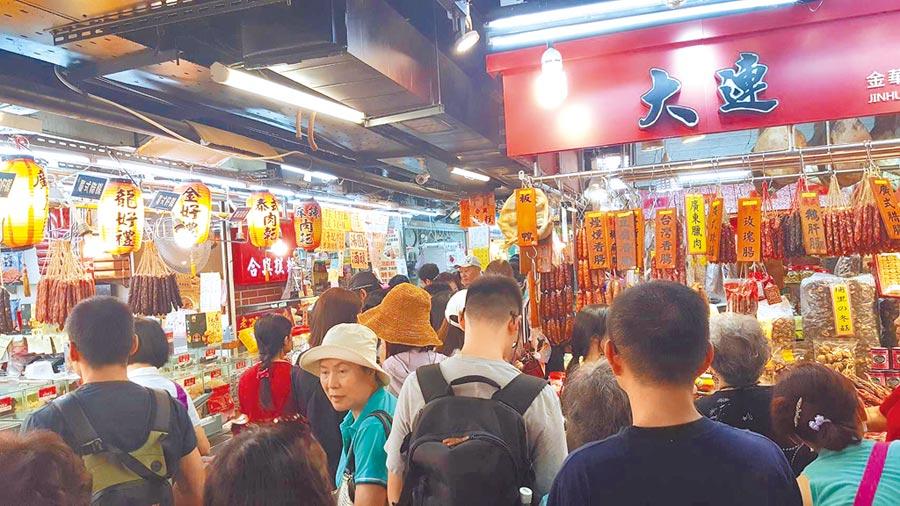 南門市場即將熄燈,民眾趕在最後一刻搶購優惠,人潮如過年般人擠人。(游念育攝)
