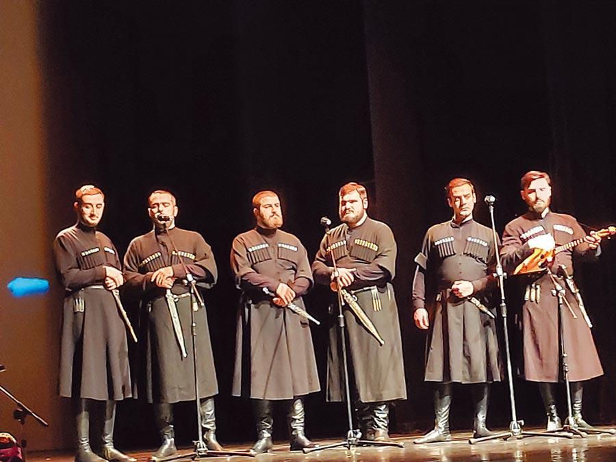 來自喬治亞共和國的伊比利亞複音歌樂團,團員們身型高大,歌聲動人,身穿喬治亞傳統服飾,首度參與亞太傳統藝術節。(李欣恬攝)