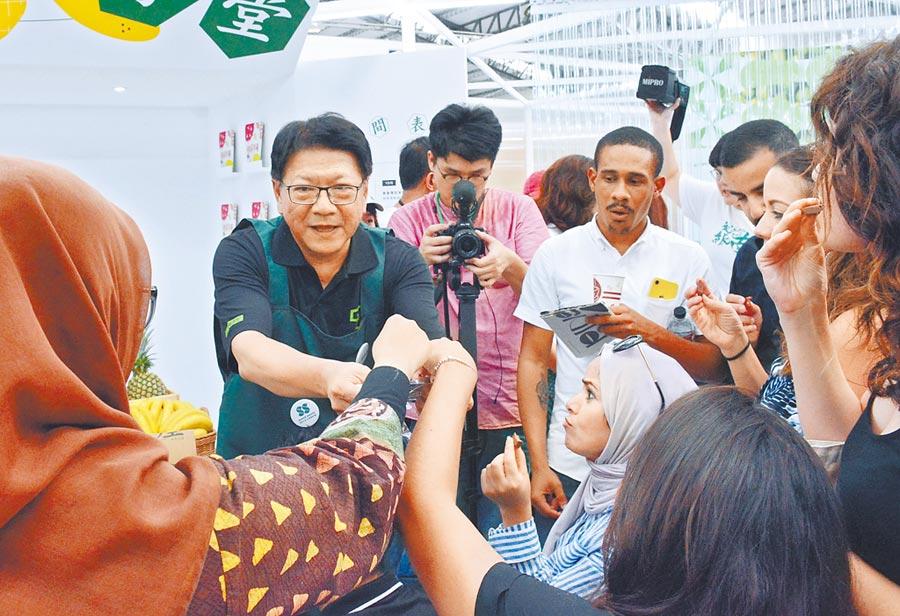 屏東縣長潘孟安(左二)化身一日店長,於台灣設計超市內向民眾介紹農特產如何融入設計。(林和生攝)