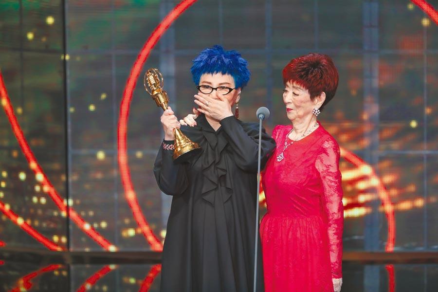 張小燕(左)獲獎感動落淚,邀94歲母親共享榮耀。