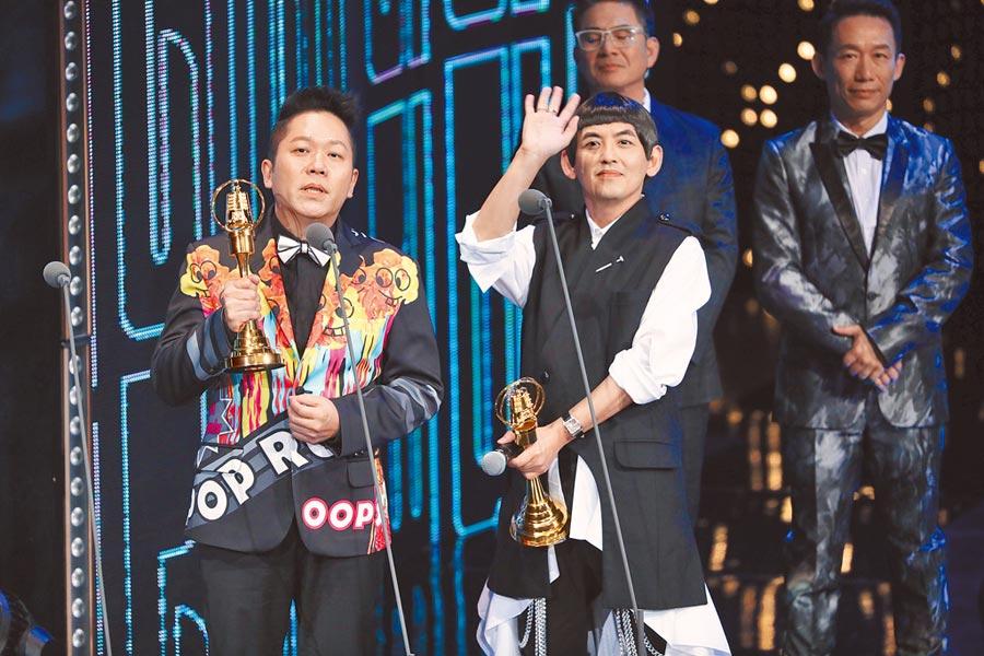 黃子佼(右)、卜學亮以《超級同學會》獲綜藝節目主持人獎。