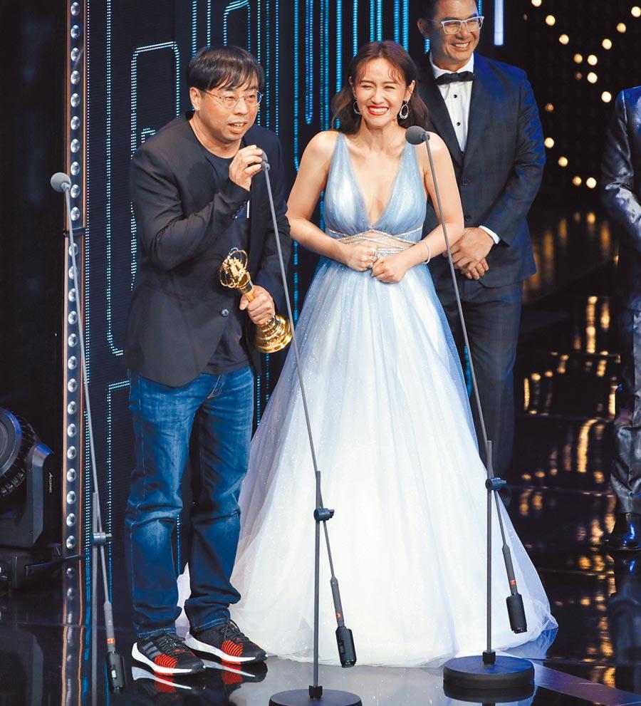 吳姍儒(右)以主持《一呼百應》獲益智及實境節目獎,昨與團隊同台拿獎。