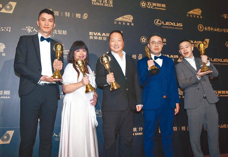 《聲林之王》昨奪下綜藝節目獎,團隊開心拿獎座合影。