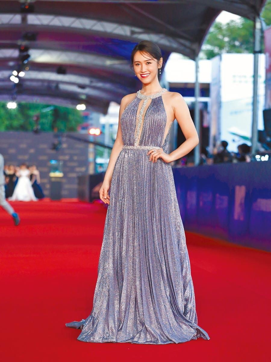 吳姍儒身穿LinLi Boutique銀藍亮片禮服搭配HEARTS ON FIRE鑽飾,性感不減小清新。