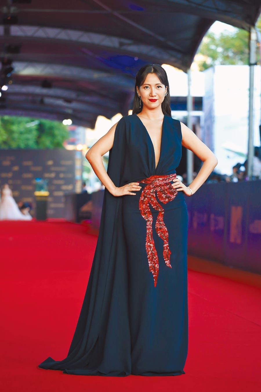 徐麗雯身穿西班牙Olimpia Sanchis深色深V禮服,如希臘女神。