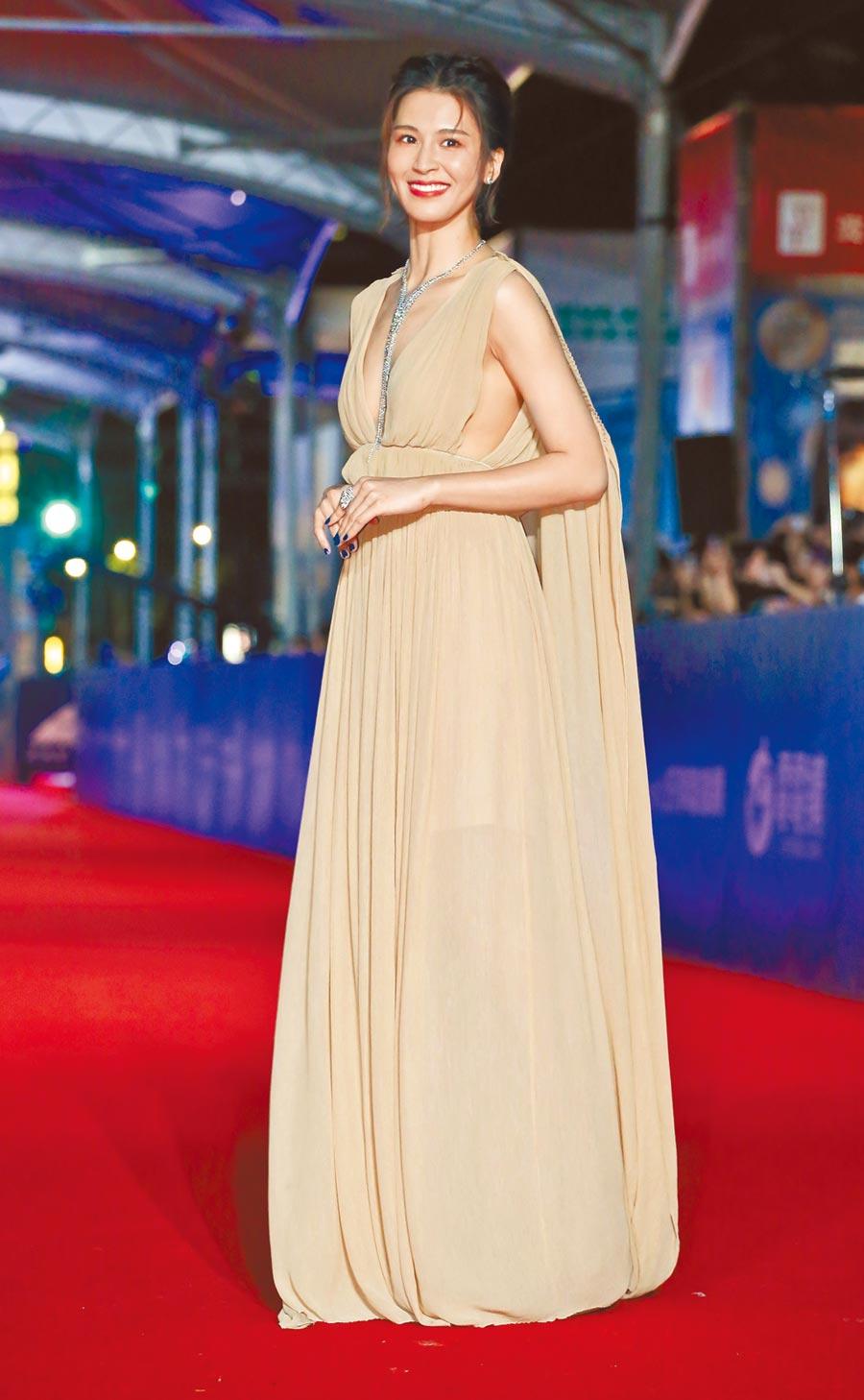 曾沛慈穿Chloe深V裸色絲紗禮服搭配寶詩龍(BOUCHERON)珠寶,表現不俗。