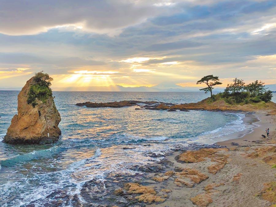 在立石公園看夕陽,霞光和奇岩、松樹、遠處的富士山共伴美景。(劉育良攝)