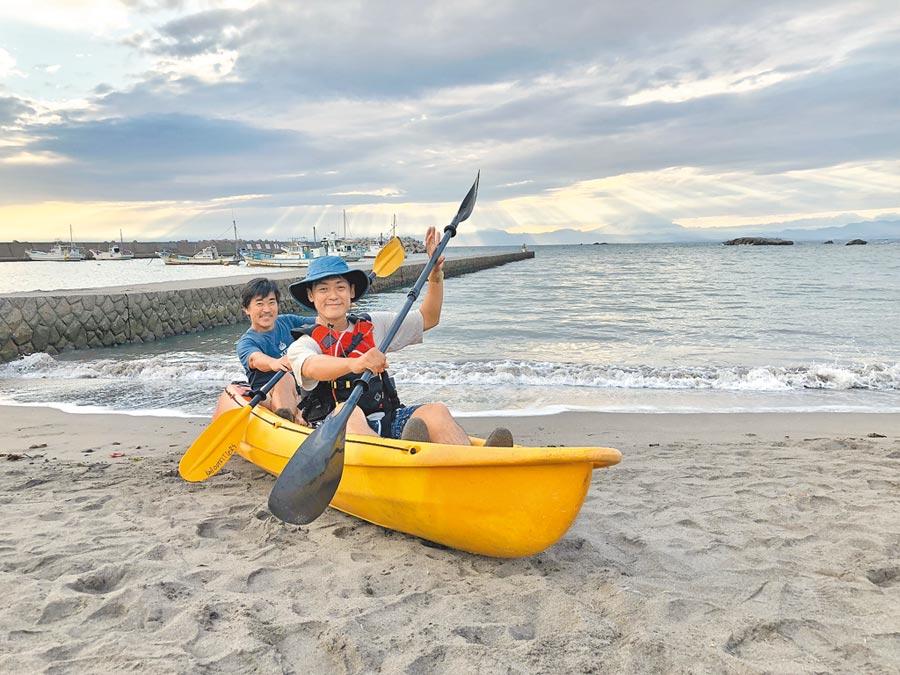 初學者划獨木舟,教練會隨行,安全無虞。(劉育良攝)
