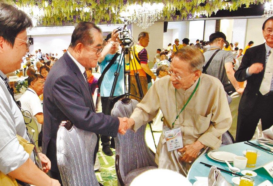 台北仁濟院重陽節敬老活動,董事長林明成(左)與102歲人瑞沈堯訪年年在此活動相聚話家常。(台北仁濟院提供)