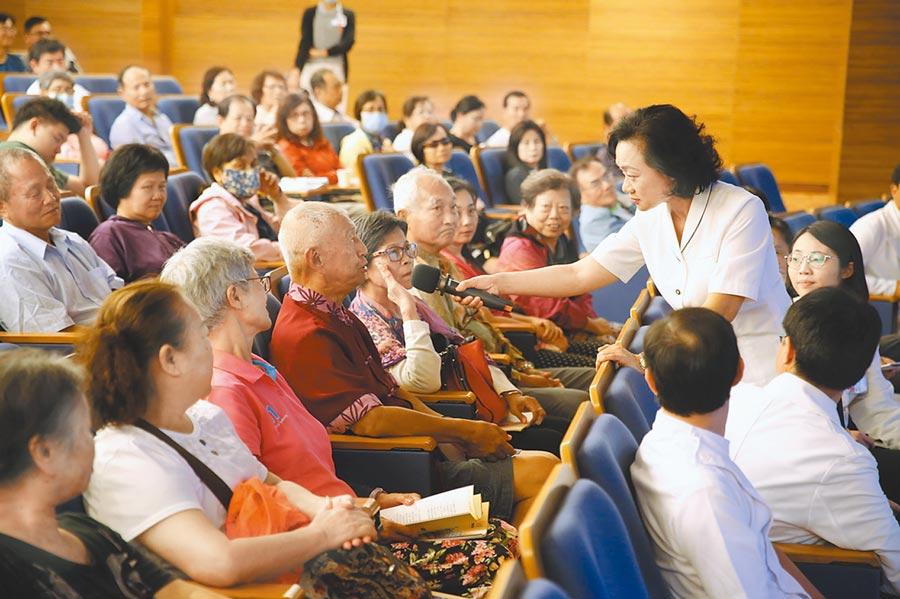 慈濟大學助理教授謝美玲在講座中也帶來團隊最近製作的「冠狀動脈粥狀硬化心臟病之心導管檢查須知」手冊與民眾結緣。(王志偉攝)