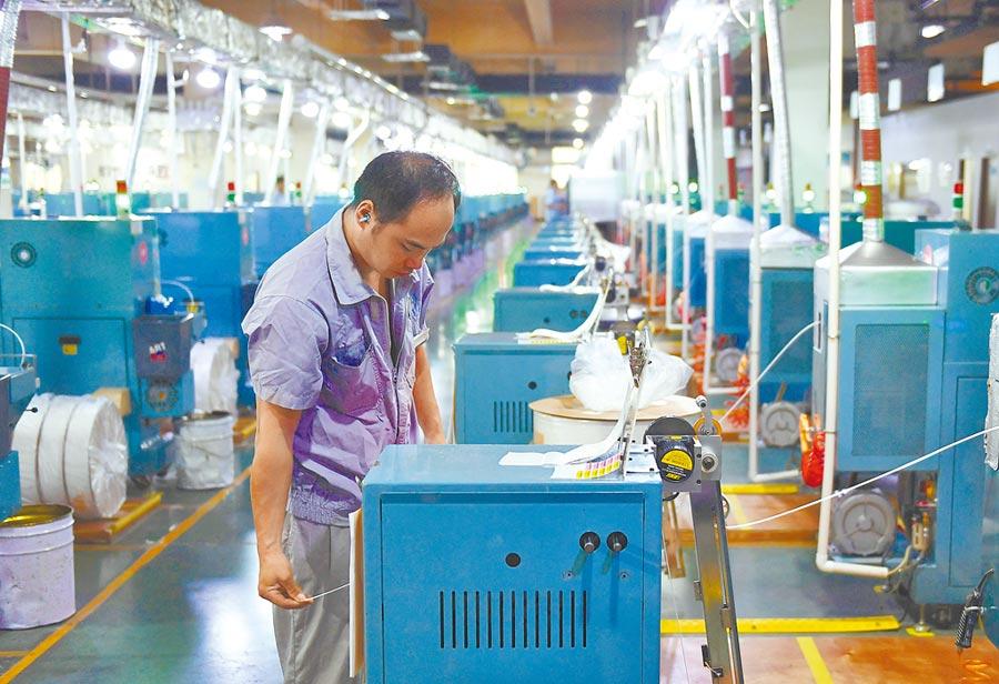 中美貿易戰久拖,致使亞洲企業獲利被下調;圖為9月2日,浙江工人在工廠內作業。(中新社)