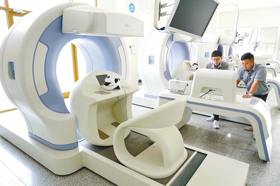 2019年6月25日,推進高新技術產業發展,秦皇島開發區一家醫療設備企業的職工正在工作。(新華社)