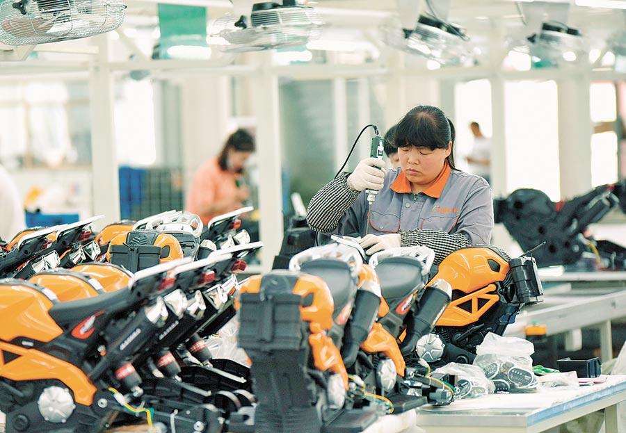 2019年5月29日,河北省邢台經濟開發區一家玩具工廠的工人在組裝兒童電動車。(新華社)