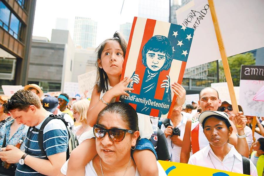 美國緊縮簽證,不利招攬人才,圖為2018年6月30日,美國多地舉行反對移民執法政策抗議活動。(新華社)