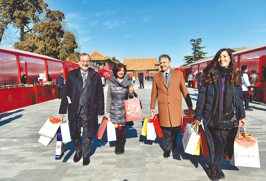 外國遊客至紫禁城購買紀念品。(新華社資料照片)