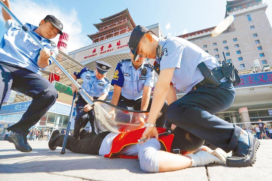 大陸特警在北京西站北廣場進行維安演練。(中新社資料照片)