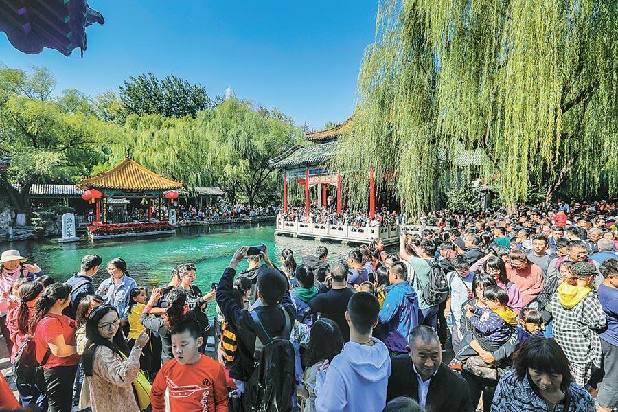10月5日,濟南趵突泉景區擠滿遊客。(CFP)