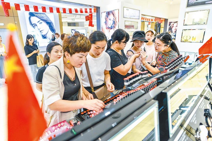 10月2日,遊客在海口免稅店內選購化妝品。(中新社)