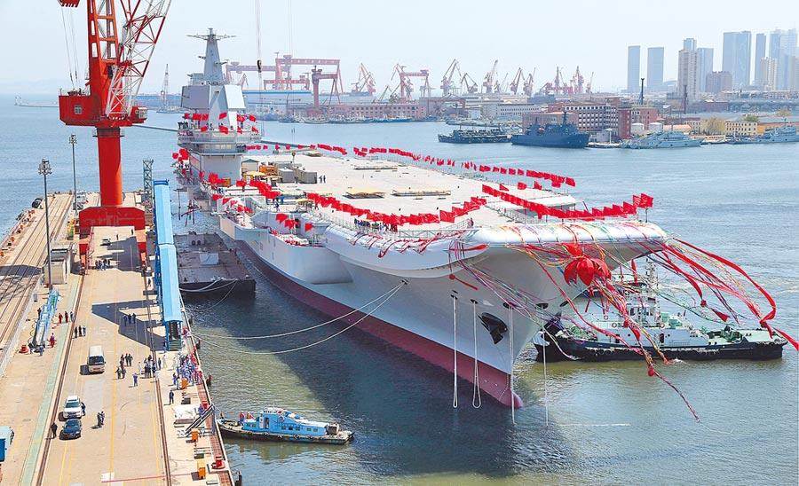 4月22日,大陸第二艘航母在大連造船廠碼頭下水。(新華社)