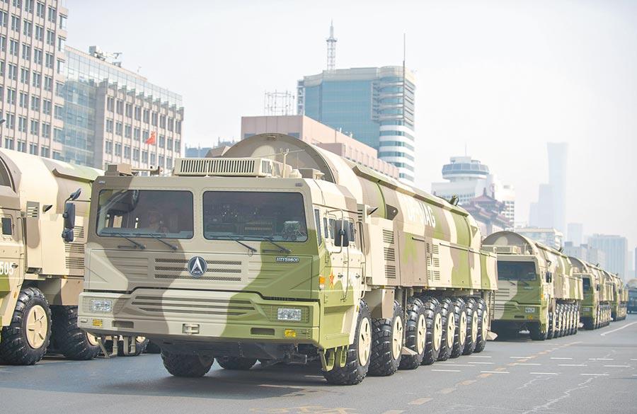 10月1日,中共建政70周年閱兵在北京天安門廣場舉行,東風-31甲改核飛彈方隊接受檢閱。(新華社)
