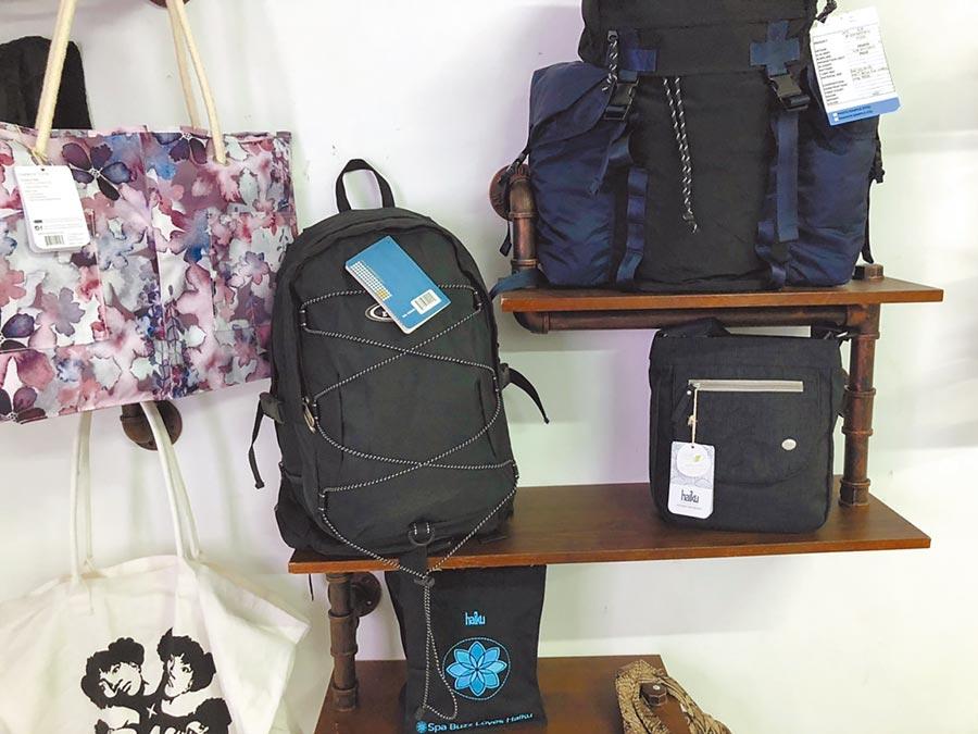 旭榮戶外用品替各品牌客戶製造的包袋產品。(記者林汪靜攝)