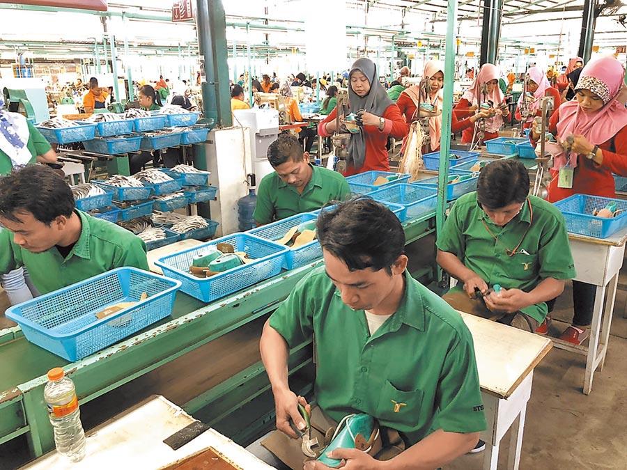 印尼興昂國際員工正在其廠房內製作鞋履。(記者林汪靜攝)