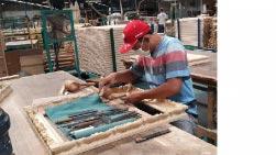 聖祐木業雕刻師傅桌上十幾支的雕刻刀。(取自聖祐木業臉書)