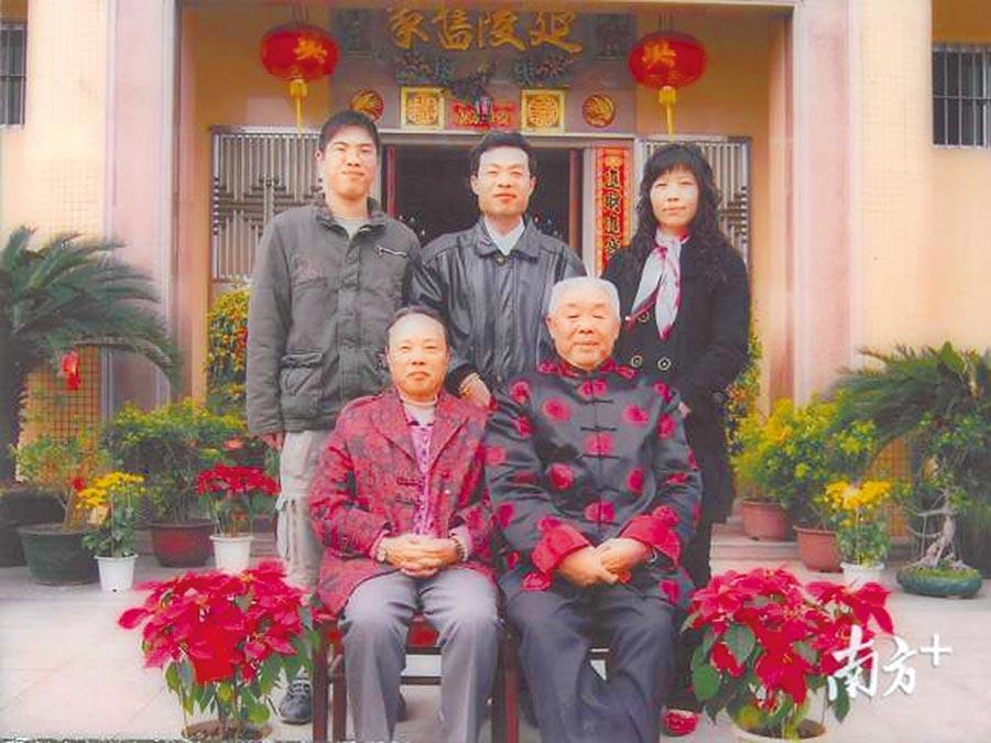 吳秋順(前排右1)與兒子吳燦國(後排左2)及孫子吳立斌(後排左1),一家三代皆是造橋者。(取自南方網)