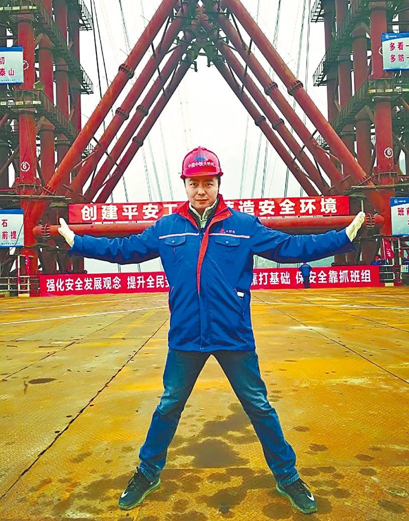 張博君在工地上照相。(取自微信公眾號@中國婦女報)