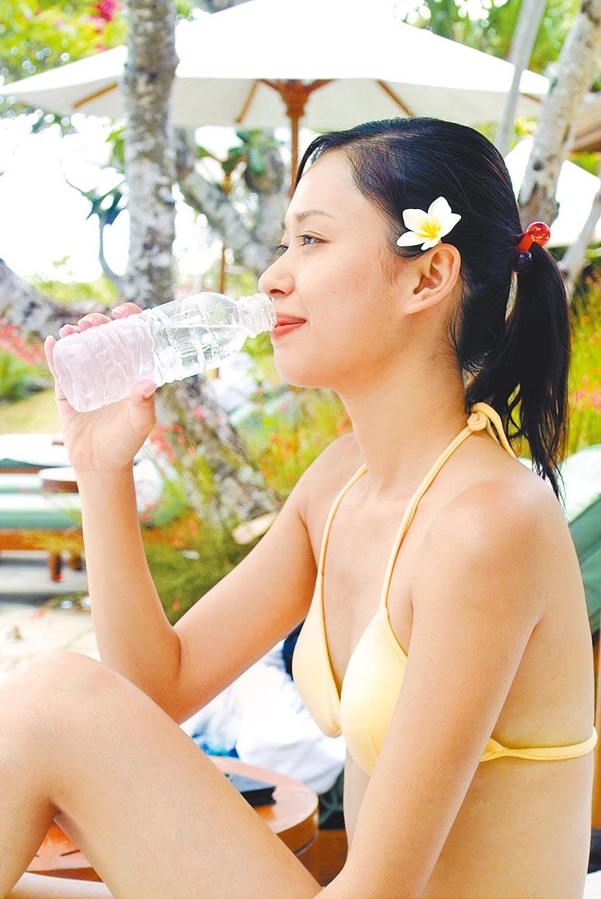 酉時喝水可以幫助排毒。(本報系資料照片)
