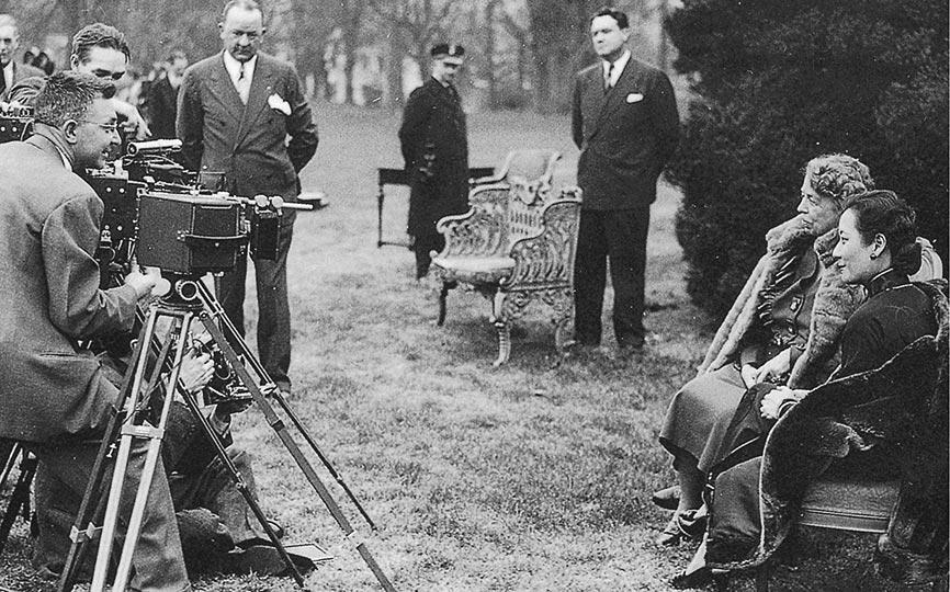 白宮攝影記者忙著為中美第一夫人拍照。(時報出版提供)