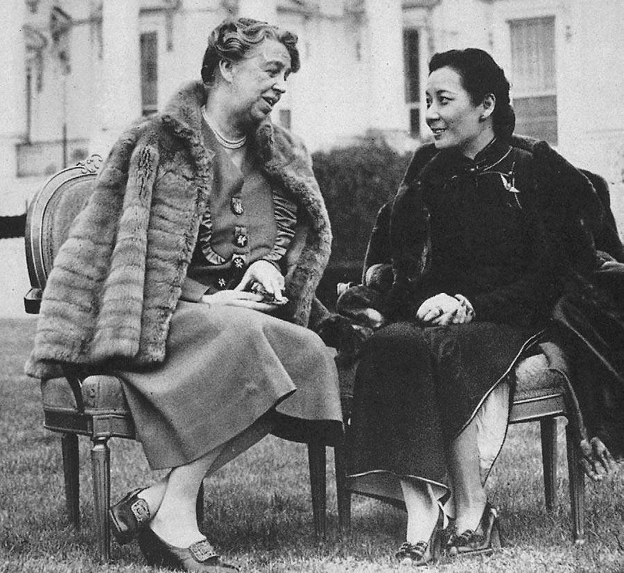 蔣夫人和羅斯福夫人伊蓮娜合影於白宮草坪。(時報出版提供)
