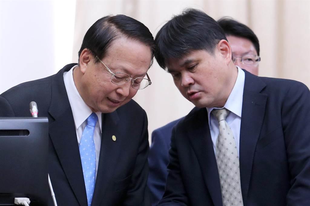 面對國民黨立委曾銘宗詢問此議題,江耀宗一度不願估算票價,底下的幕僚趕緊上台提示。(黃世麒攝)