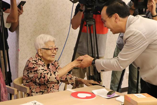 朱立倫今上午出席新莊新豐公共托老中心重陽活動。(吳亮賢攝)