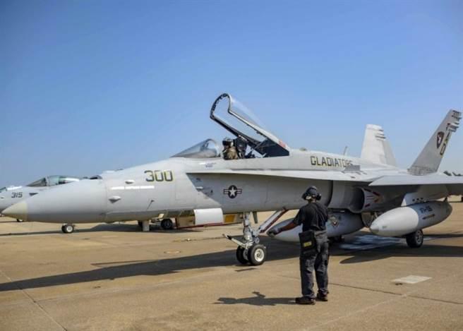 編號300的F/A-18C,是美國海軍的最後一架大黃蜂戰機。(圖/美國海軍)