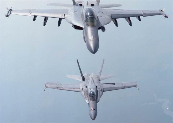 F/A-18E超級大黃蜂(上),與F/A-18C (下),外觀類似,但也有許多不同。(圖/美國海軍)