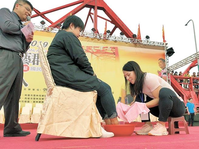 雲林阿善師武藝群英會中洗腳孝親活動,舉重名將郭婞淳(右)為媽媽洗腳。(許素惠攝)