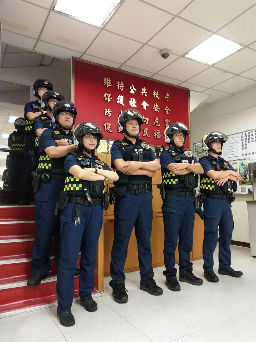 北市警中山分局中二所獲贈彩繪限定安全帽,員警戴上後覺得很帥氣,也凸顯警察的團結士氣。(警方提供/胡欣男台北傳真)