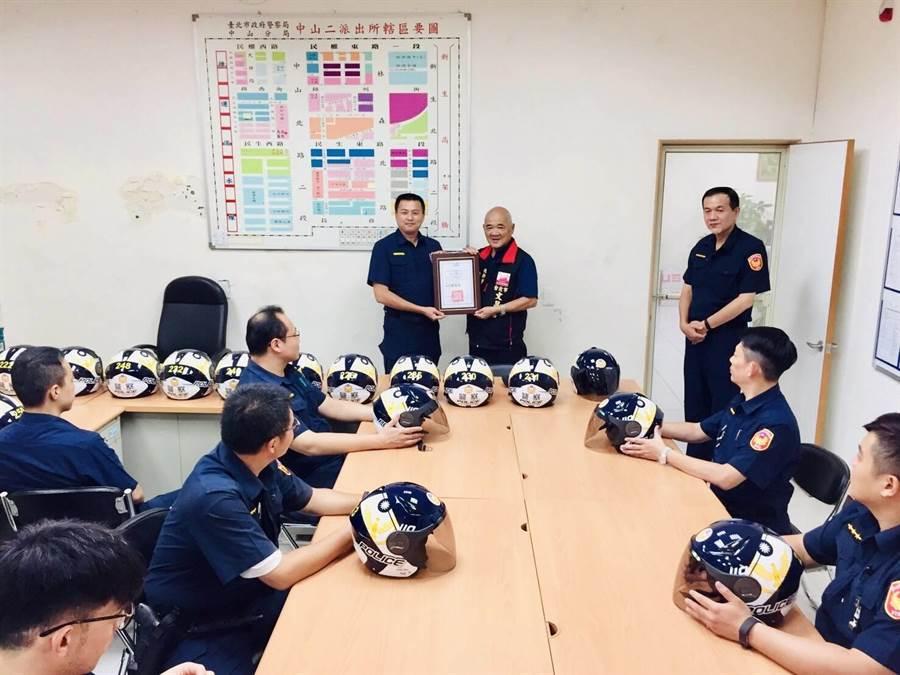 北市警中山分局中二所獲贈彩繪限定安全帽,由所長陳俊銘(後排左1)代表接受文昌宮捐贈。(警方提供/胡欣男台北傳真)