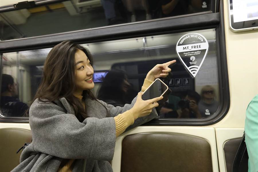 劉沛穎體驗俄羅斯地鐵,其中聖彼得堡地鐵提供免費WI-FI全線覆蓋。(亞洲旅遊台提供)