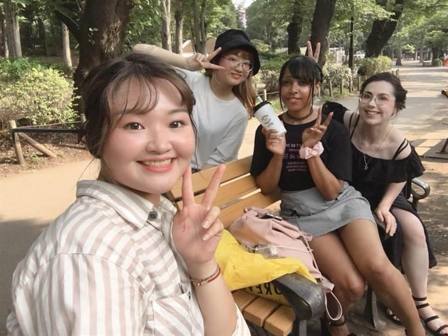 弘光學生寫計畫出國自主學習,美髮系學生到日本公園幫人編髮。(弘光科大提供/陳淑娥台中傳真)