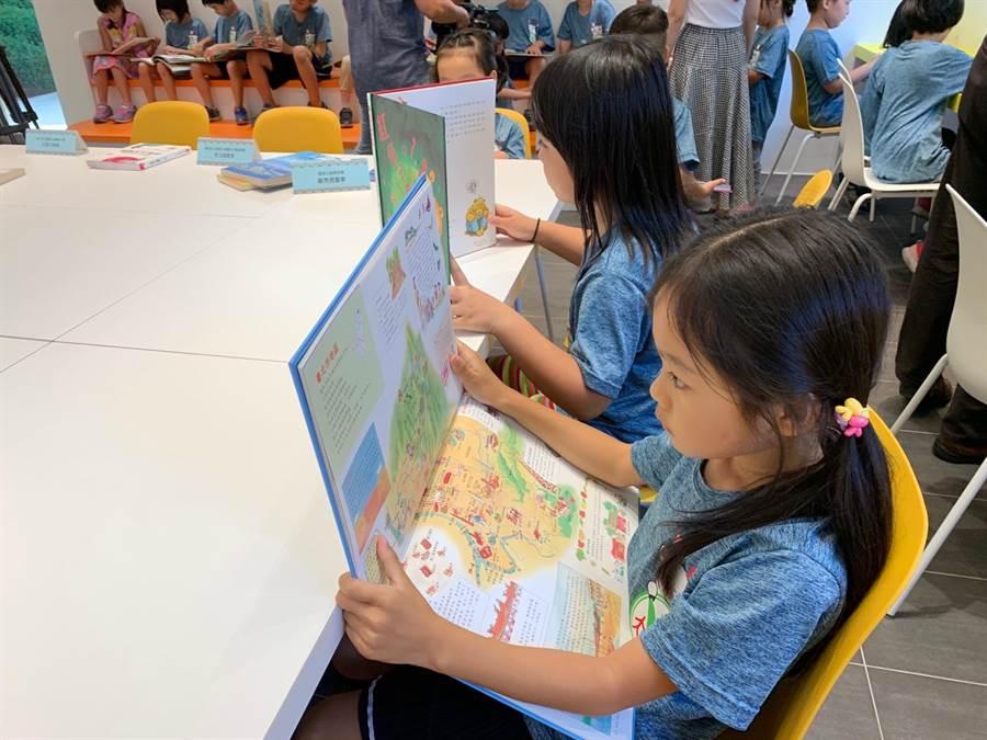 三峽大成國小圖書館啟用 黃、白、橘簡約風師生驚艷 - 生活