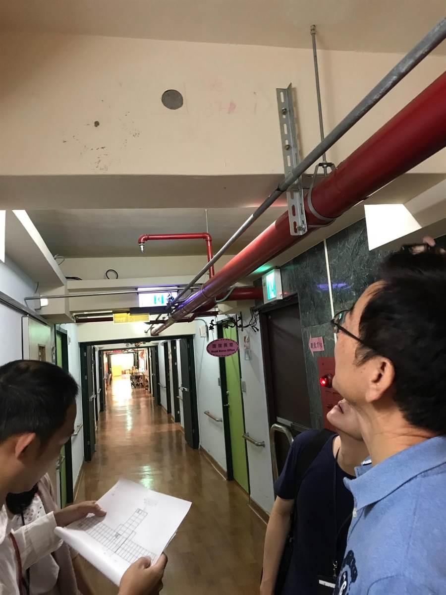 台北市議員李慶元前往北投浩然敬老院察看鑽探檢測地點,發現氯離子檢測數據雖然超標10多倍,但外觀卻看不出異常。(陳俊雄攝)