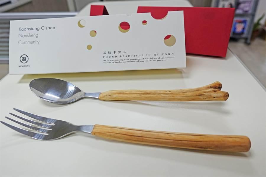 以荔枝花及果實的土黃、紅色為基底設計的荔枝木餐具,質感大為提升。(中山大學提供/袁庭堯高雄傳真)
