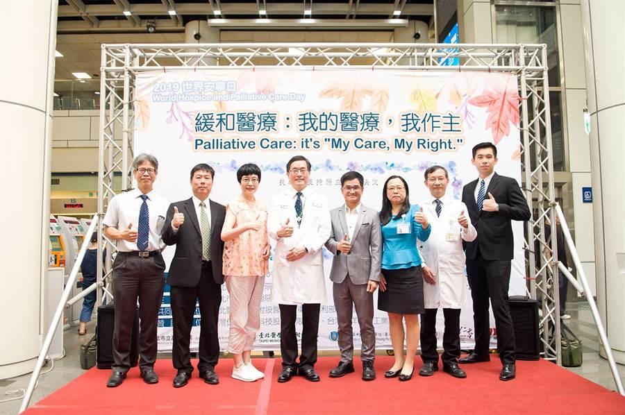 簽訂預立醫療決定書的作家張曼娟(左三)參加萬芳醫院舉辦世界安寧日活動。(萬芳醫院提供/陳志祥傳真)