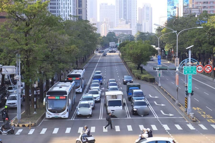 台中市府表示,連假期間適逢百貨業者周年慶,建議盡量搭乘市區公車前往,使用電子票證可享10公里免費。(盧金足攝)