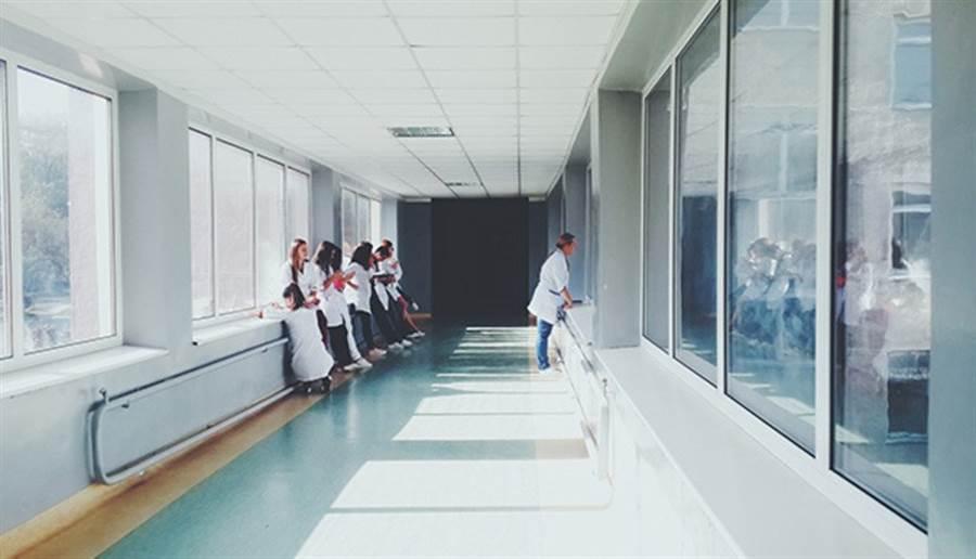醫院是超級細菌的大本營,進去醫院應做好防護,避免把病菌帶上身。(圖片來源:pixabay)