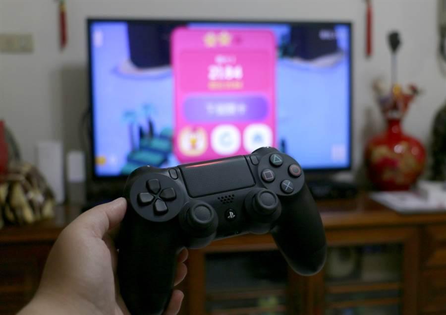 搭配PS4 DUALSHOCK 4控制器,就可以讓Apple TV變身電視遊戲主機。(黃慧雯攝)