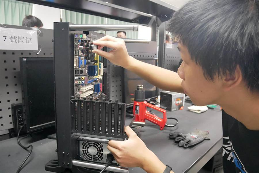 全國首創的技術型高中「電競電腦水冷系統改裝課程」及專業教室設備,今(7日)正式啟用。(教育局提供/葉書宏新北傳真)
