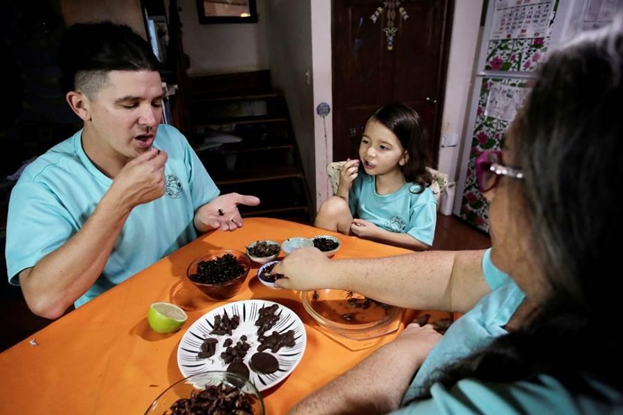 哥斯大黎加大學生物學家潘尼亞瓜3年前開始落實以昆蟲取代動物蛋白質的生活,他描述,吃昆蟲像是吃洋芋片。(圖/路透社)